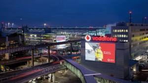 targeted_advertising_am_flughafen_duesseldorf_den_reisenden_auf_der_spur8_gross